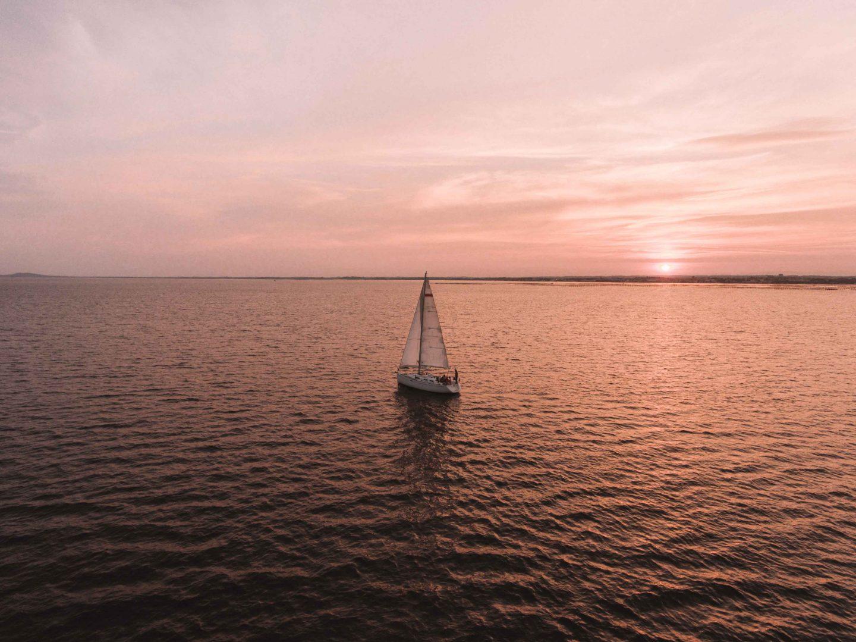 un bateau des Glénans avec un coucher de soleil sur l'étang de Thau