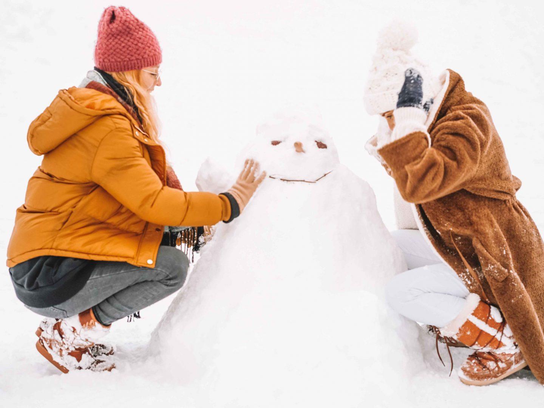 Perrine qui fait un bonhomme de neige à Courchevel