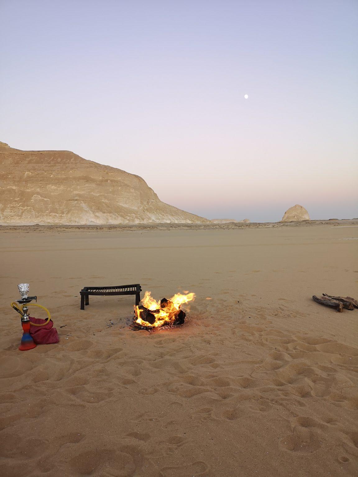 Premier feu dans le désert égyptien