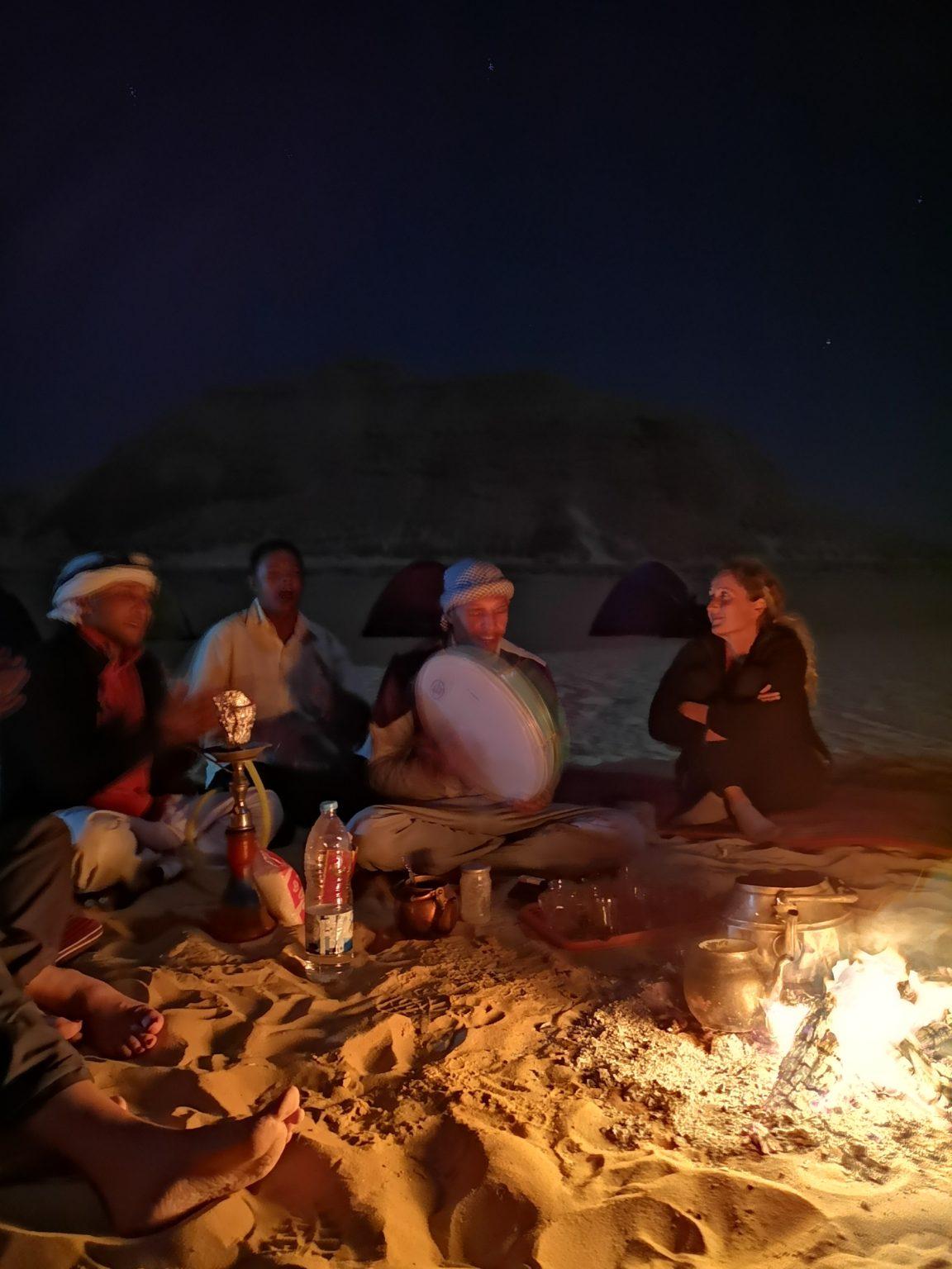 les nuits dans le désert : feu, musique et chants