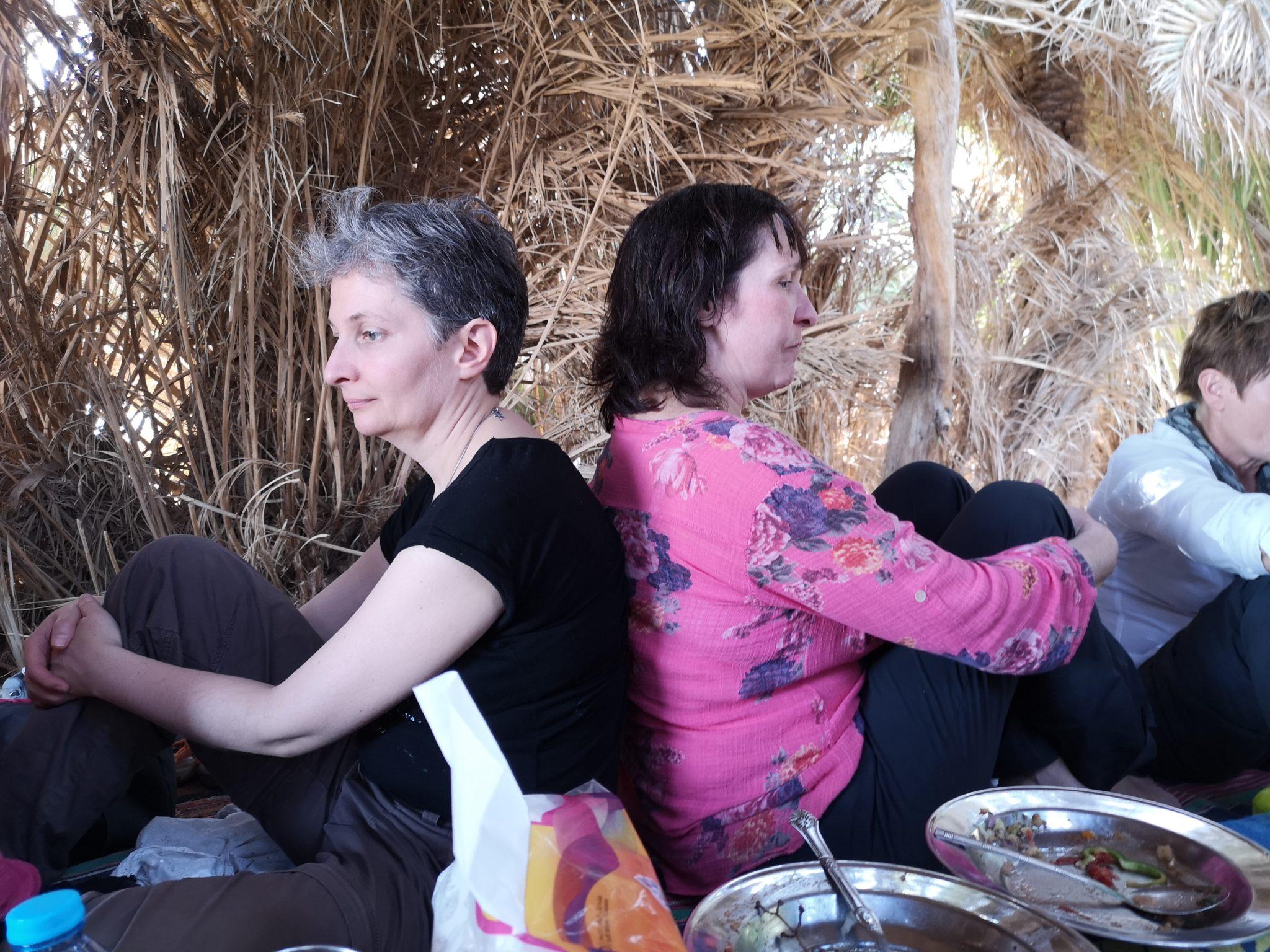 Le dos à dos de Brigitte et Agnès pour se soutenir