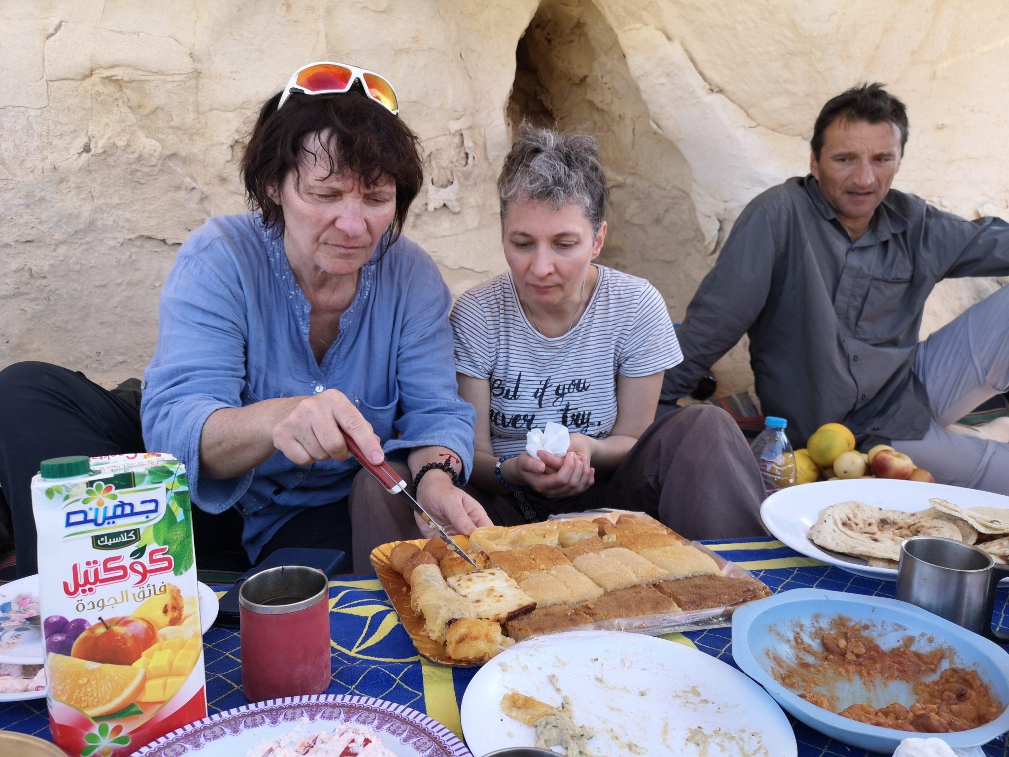 """Brigitte & Agnès : """"hummm les gâteaux, tu en veux ?"""""""