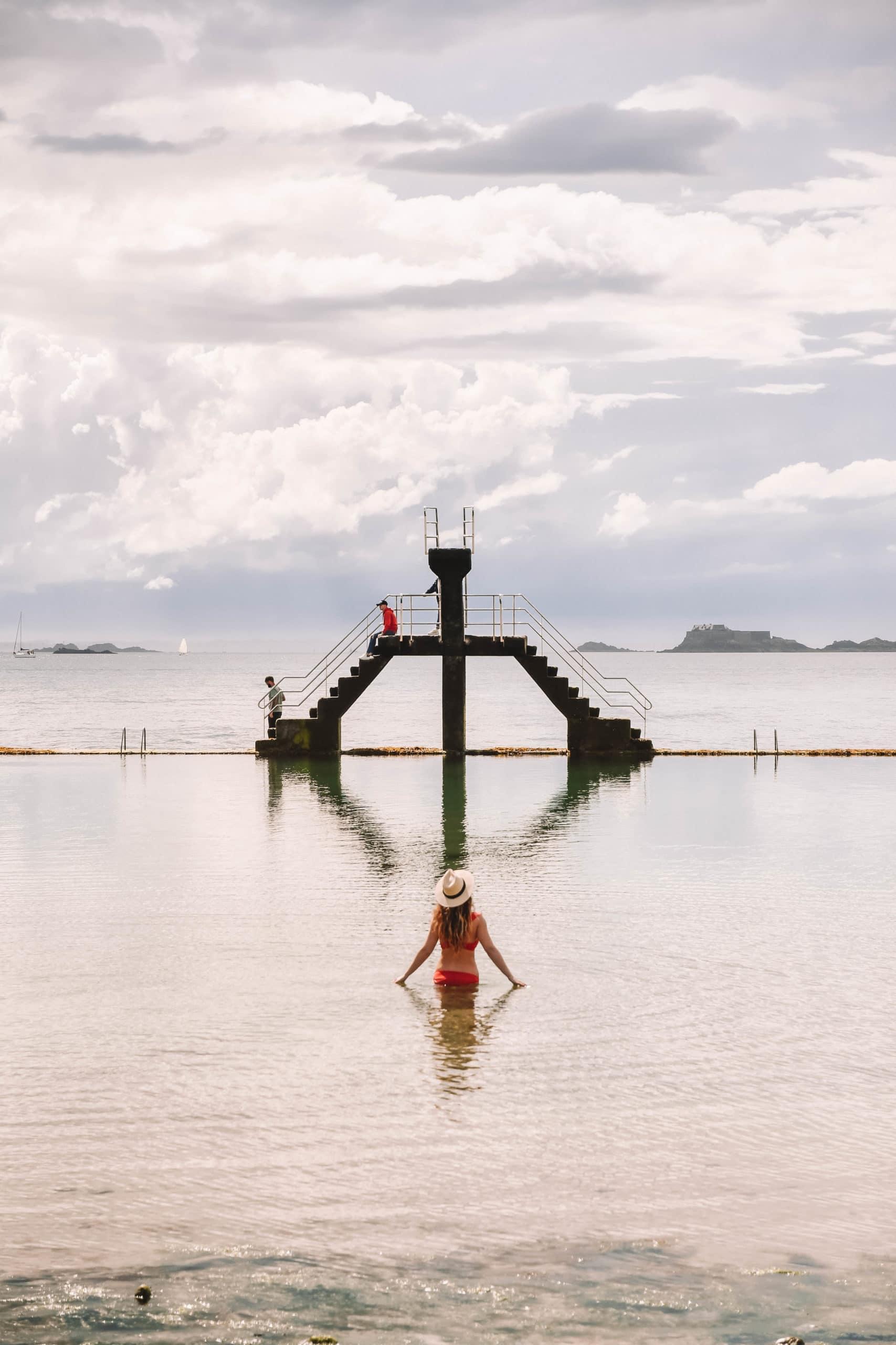 Perrine dans l'eau du bassin du plongeoir de Saint Malo