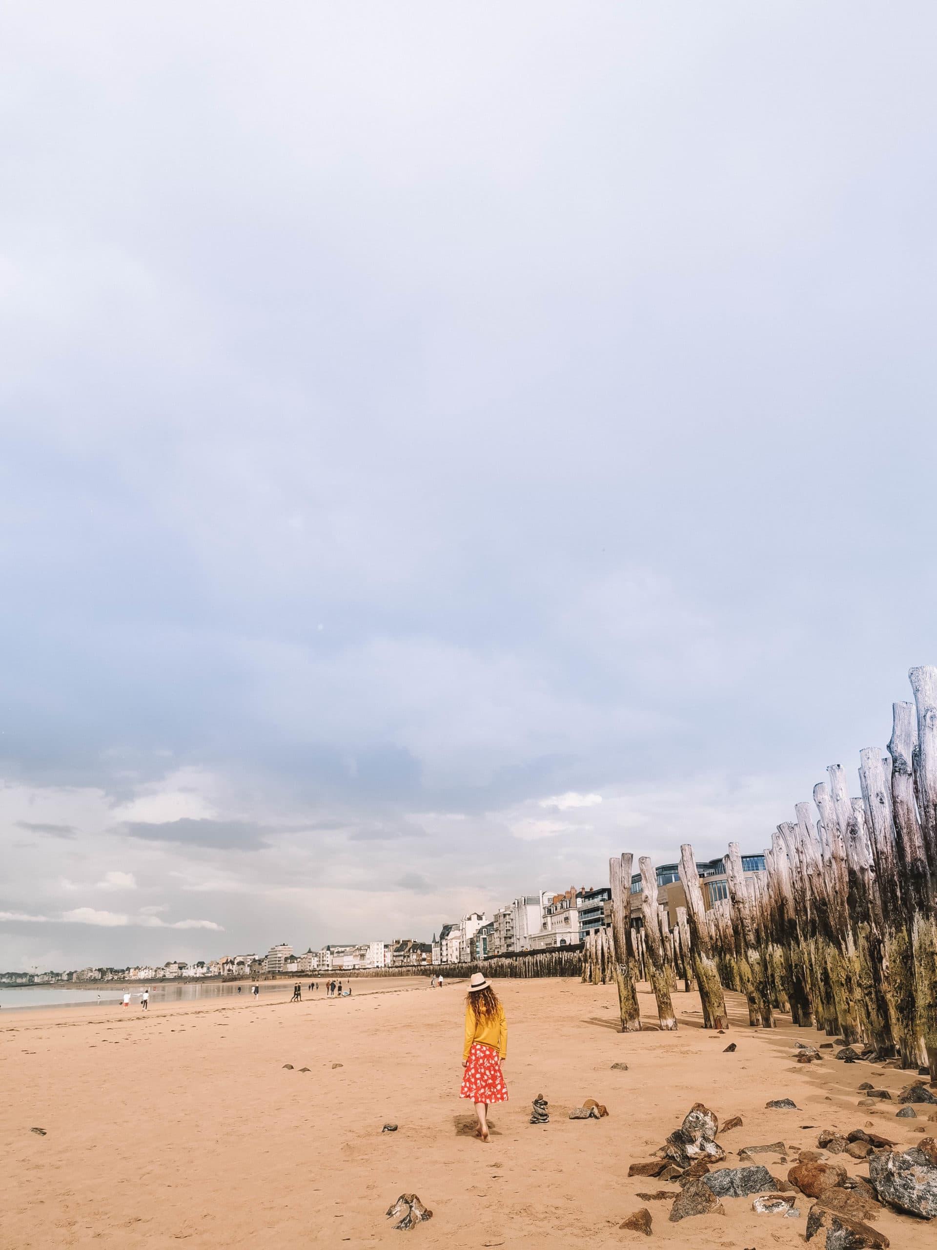 Perrine est à la plage du Sillon