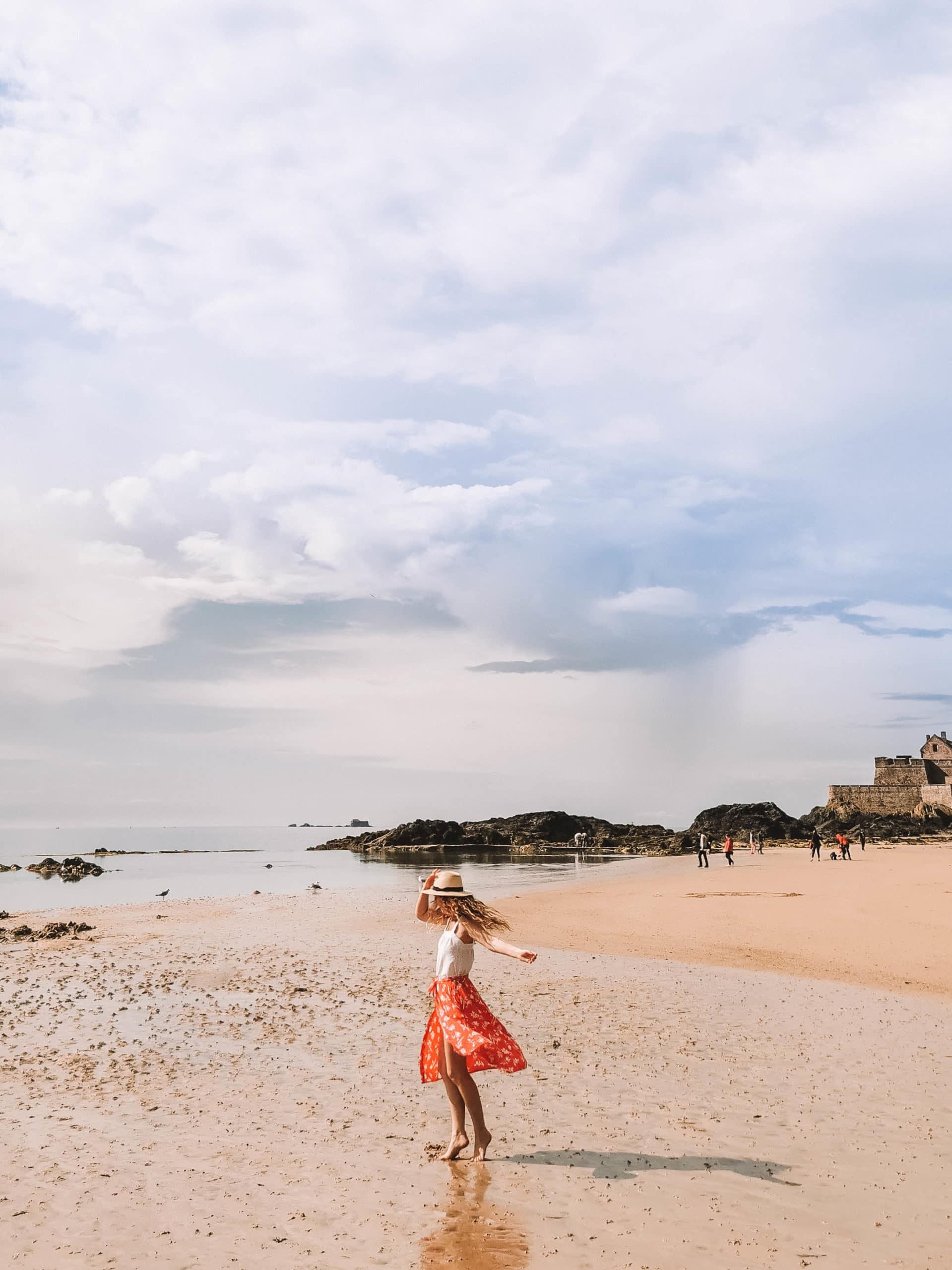 Perrine danse sur la plage du Sillon