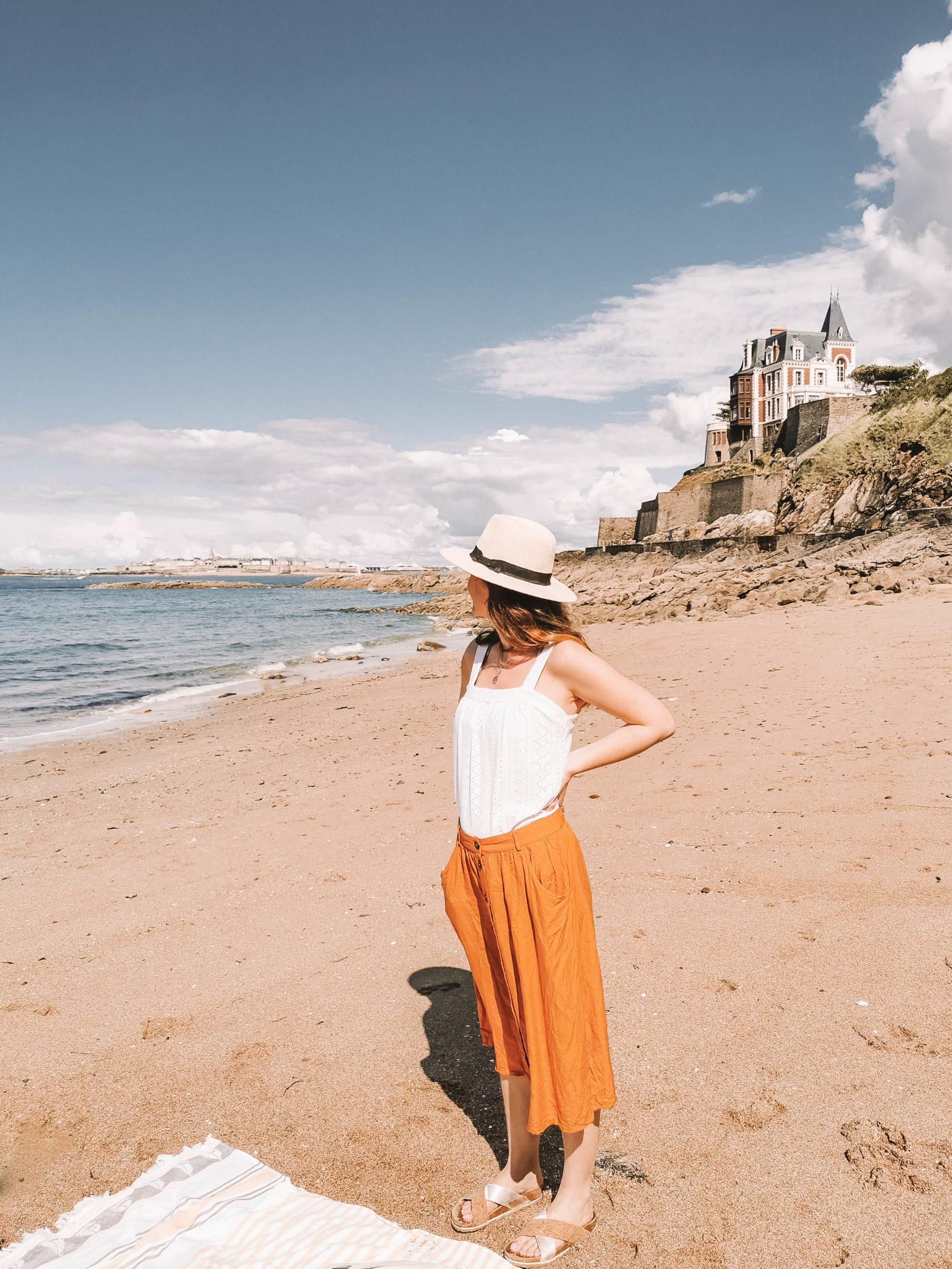 Perrine qui admire la plage de la Malouine à Dinard