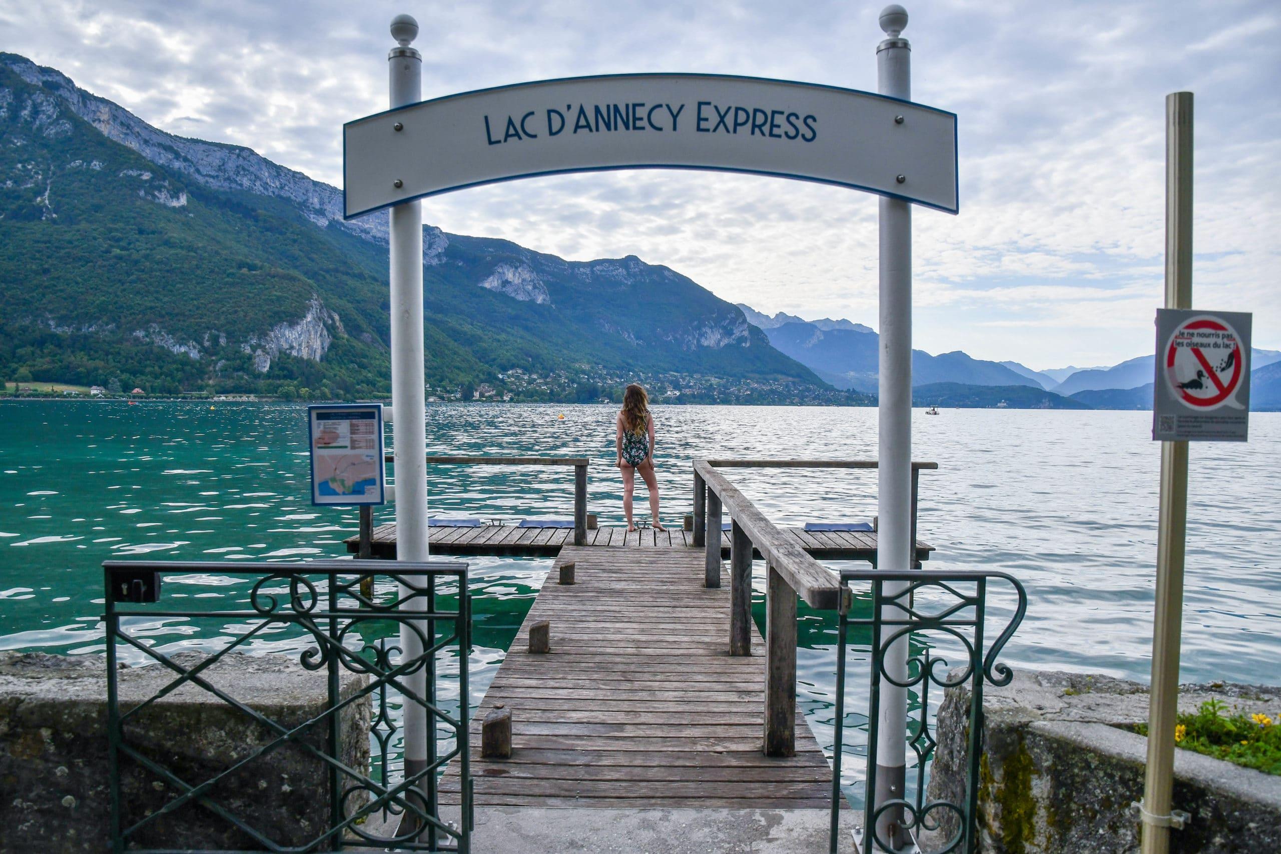Perrine est au bord du lac d'Annecy