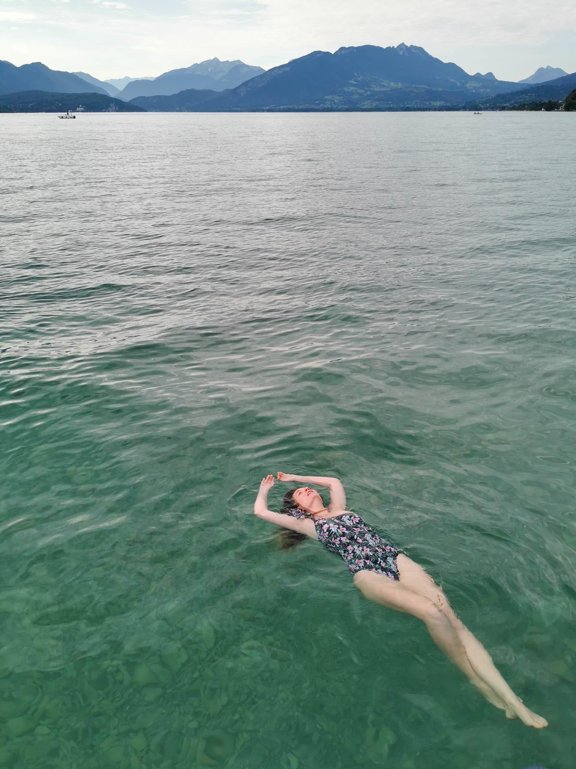 Perrine se baigne dans le lac d'Annecy